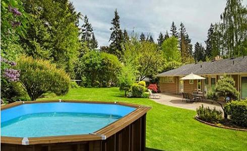 Piscina in legno fuori terra ottagonale allungata Jardin 560: legno naturale in armonia col giardino.